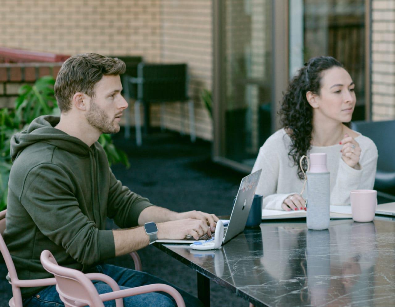À propos avec photo illustrant un homme et une femme qui travaille